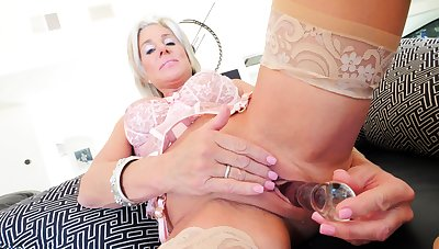 Mature whore toys her puristic cunt overhead webcam