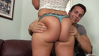 Lad fucks big booty amateur chick until she cums
